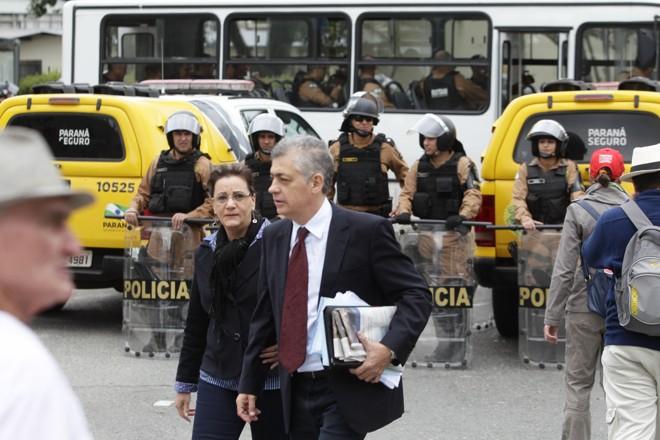 Deputado estadual Péricles de Mello (PT) transita entre os manifestantes. | Daniel Castellano/Gazeta do Povo