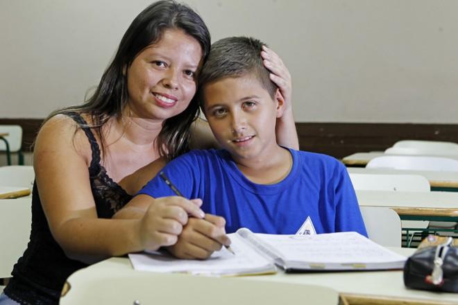 Erick, de 12 anos, com a mãe: adaptações em sala de aula ajudam a melhorar o desempenho   Antônio More/Gazeta do Povo