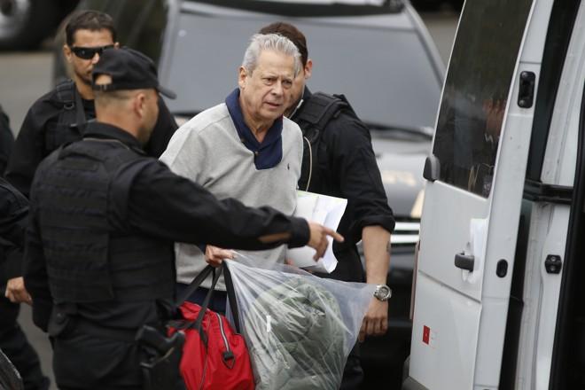 Dirceu, quando foi preso pela Operação Lava Jato, em  agosto do ano passado: além de prisão, ex-ministro terá de pagar multa de R$ 1,8 milhão. | Henry Milleo/Gazeta do Povo