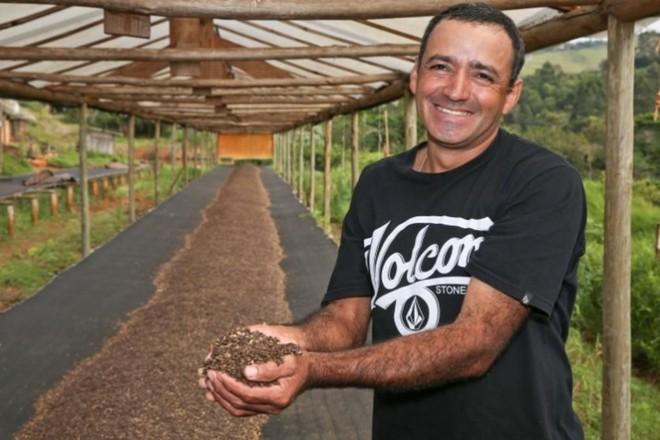 Em uma das fotos premiadas, produtor Olavo Aparecido Luciano mostra estrutura que antes era utilizada para secar café, mas que atualmente é usada para secar sementes de maracujá vendidos à indústria de cosméticos | Ricardo Rossi/Divulgação Ocepar