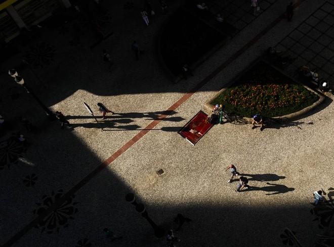 Um dos aspectos que ainda contribui para destacar Curitiba no cenário latino-americano se deve a um conjunto diversificado de espaços públicos, como o calçadão da Rua XV.   Daniel Castellano/Gazeta do Povo