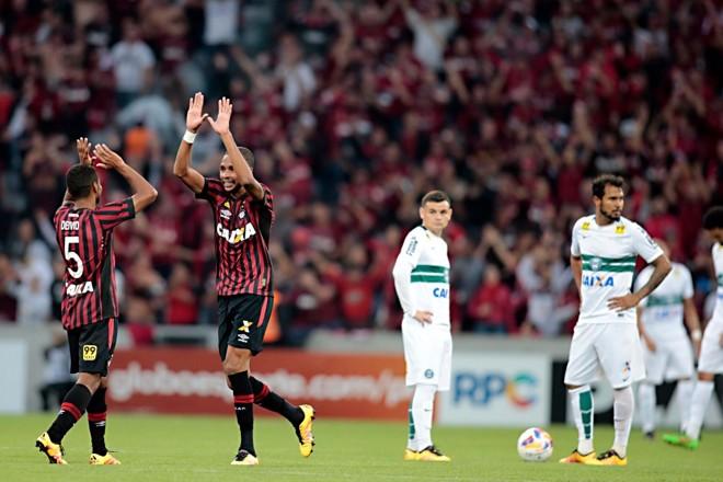 Hernani comemora o terceiro gol do Atlético. Vitória colocou o Atlético com a mão na taça. | Albari Rosa/Gazeta do Povo