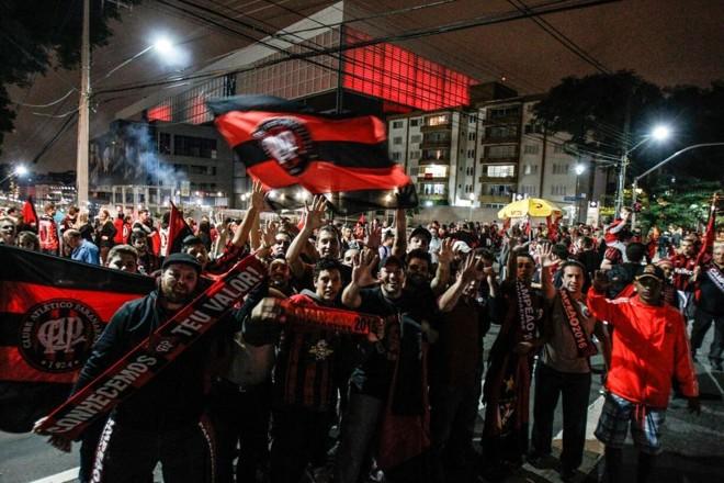 Muitos torcedores do Rubro-Negro se reuniram nos arredores da Arena.   Daniel Castellano/Gazeta do Povo