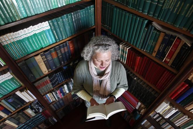 Regina Prim  faz parte da minoria que lê  três livros por semana | Daniel Castellano/Gazeta do Povo