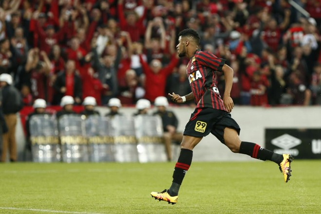 Ewandro comemora o segundo gol | Albari Rosa/Gazeta do Povo
