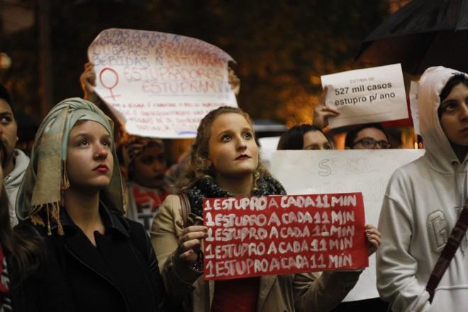 Ato na Praça Santos Andrade, em frente à UFPR, reuniu cerca de 300 pessoas em defesa da mulher e em solidariedade a adolescente de 16 anos que foi estuprada no Rio de janeiro | Daniel Castellano/Gazeta do Povo