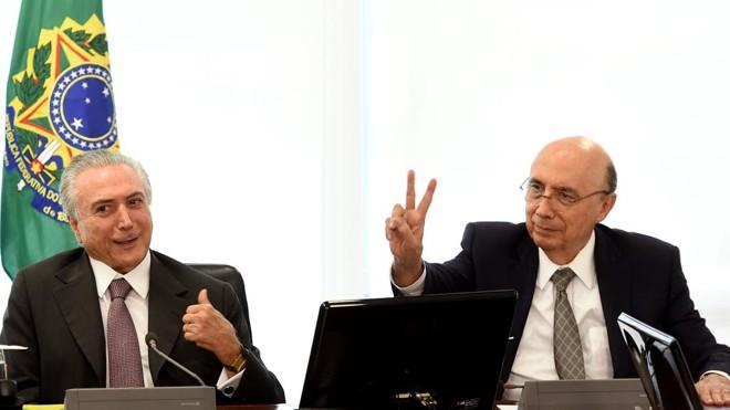 O presidente interino com o ministro da Fazenda, Henrique Meirelles (à direita), em reunião  nesta segunda-feira (16) no Palácio do Planalto. | Evaristo Sá/AFP