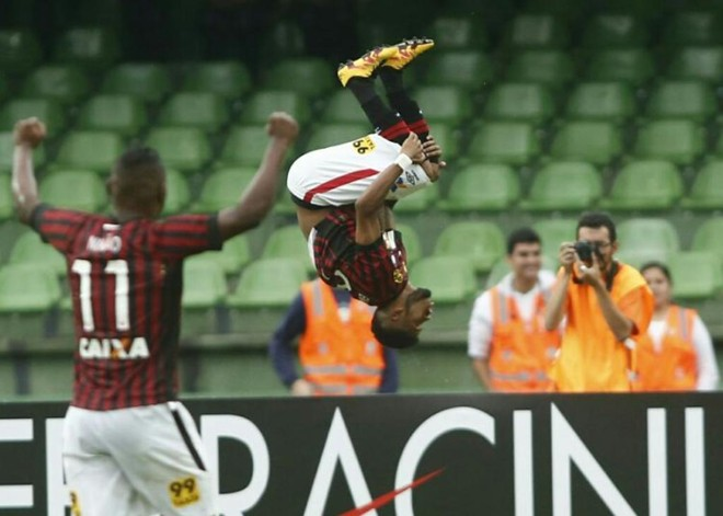 Ewandro comemora o segundo gol. | Marcelo Andrade/Gazeta do Povo