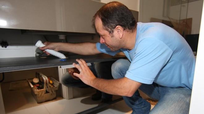 Funcionário da Swell faz reparo em apartamento entregue pela construtora. | Aniele Nascimento/Gazeta do Povo