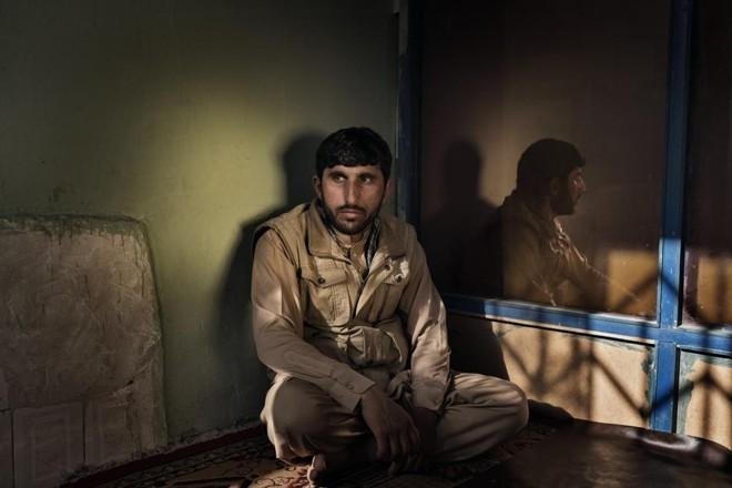 Samaruddin Ibrahimkhel, cujo irmão foi dado como morto, sofre para tentar devolver a indenização recebida   ADAM FERGUSON/NYT
