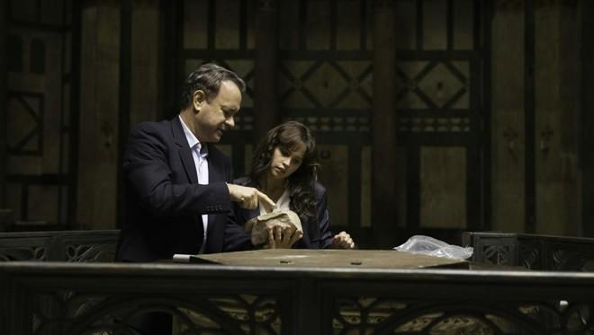 Tom Hanks e  Felicity Jones, em cena do novo filme.   Divulgação