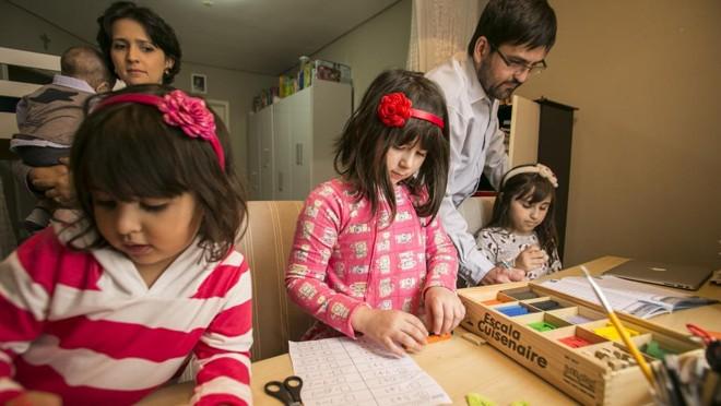 Ensino em casa, apesar de não reconhecido pela legislação brasileira, não é bagunça: as filhas de Manoela Martins têm lugar e horário determinado para estudar | Marcelo Andrade/Gazeta do Povo