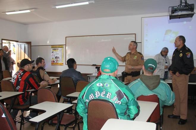 Integrantes das torcidas organizadas de Atlético e Coritiba participam de reunião com a Polícia Militar antes do clássico decisivo. | Polícia Militar/Divulgação