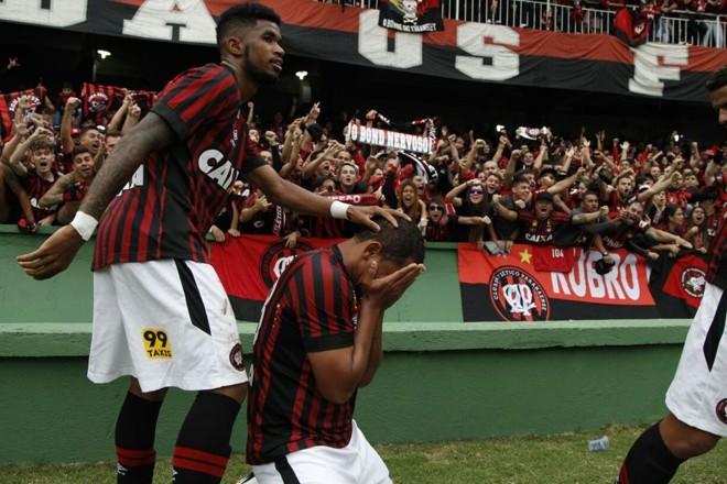 Walter se emociona ao marcar o gol. | Daniel Castellano/Gazeta do Povo