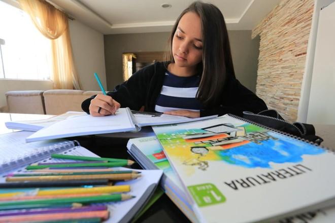 Julia Ferreira, 14 anos,  foi diagnosticada com déficit de atenção. Com atendimentos psicológicos semanais, ela está indo bem na escola e já desenvolveu o hábito da leitura. | Ivonaldo Alexandre/Gazeta do Povo