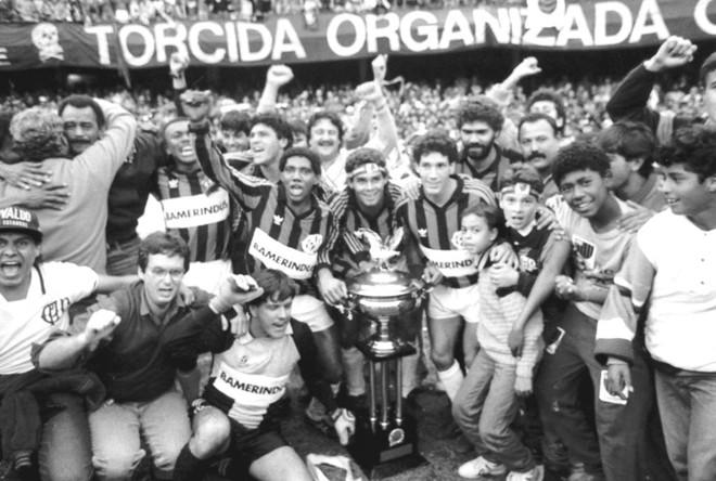 Jogadores do Atlético festejam a conquista do Paranaense de 1990, jogo marcado pelo gol contra do zagueiro Berg. | Memória FC/Arquivo GRPCom