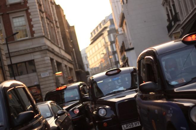 Fabricante chinesa que faz os icônicos táxis pretos de Londres querem, agora, fazer uma frota híbrida movida à bateria. Os primeiros veículos devem ser vendidos no fim de 2017. | Sammy Albon/Creative Commons