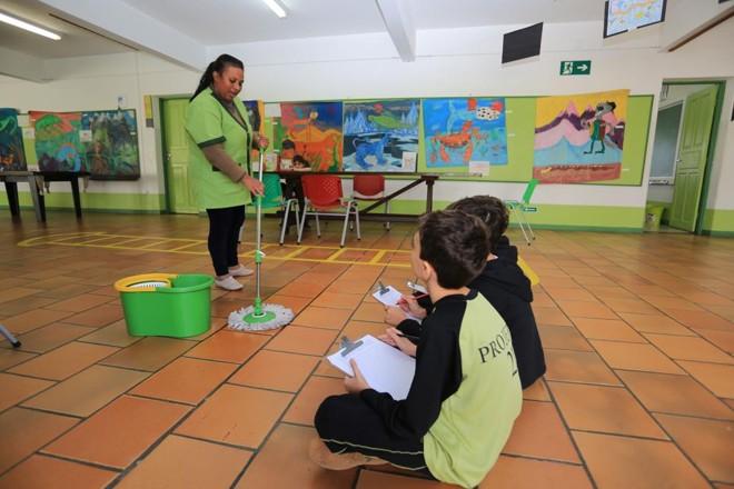 Após sujar o banheiro, alunos de escola de Curitiba tiveram de fazer um trabalho sobre o a limpeza da sala e uma entrevista com a zeladora para apresentar aos colegas | Ivonaldo Alexandre/Gazeta do Povo