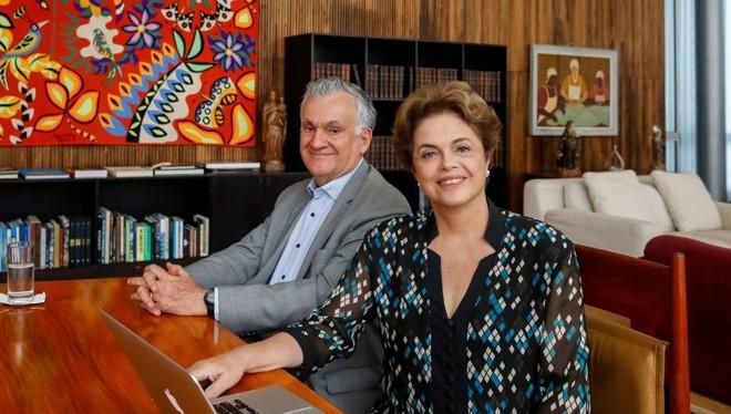 Dilma Rousseff acompanhada do ex-ministro Juca Ferreira durante sessão de bate-papo que falou sobre Cultura. | Facebook /Reprodução