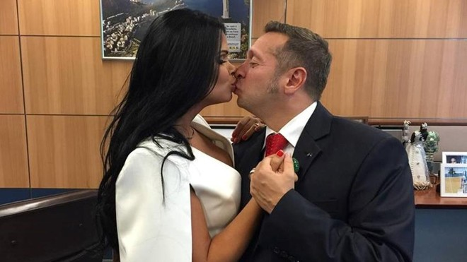 Ex-Miss Bumbum, Milena  Santos, tirou fotos no gabinete do marido, o ministro do Turismo, Alessandro Teixeira. | Reprodução/Facebook
