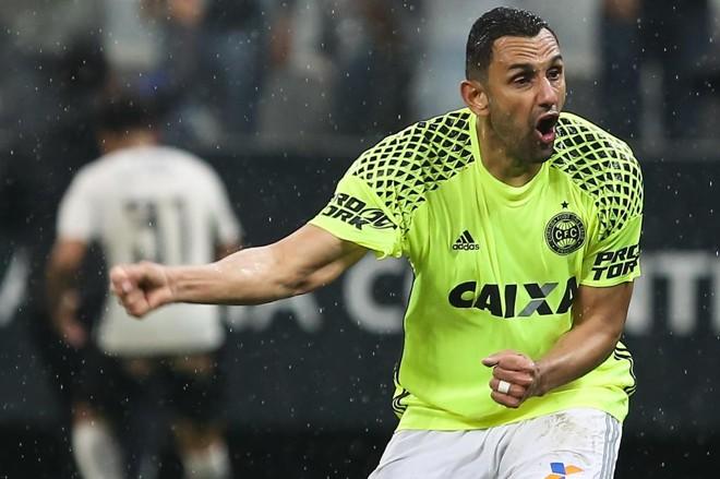 Rafael Marques foi o mais irritado com o gol | Geovani Velazquez/Código 19 / Folhapress