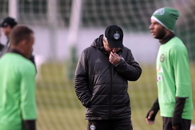 Pressionado pelos resultados ruins, o técnico Gilson Kleina precisa do triunfo sobre a Chapecoense para ganhar fôlego.   Albari Rosa/Gazeta do Povo