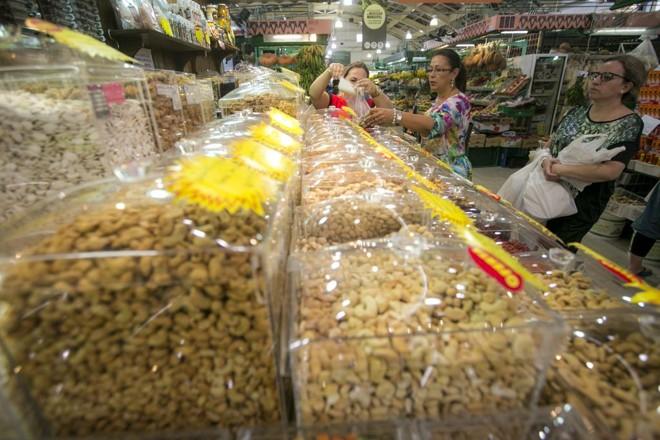 Leite, ovos, trigo, peixe, crustáceos, soja, diferentes tipos de castanha e látex natural -alguns dos ingredientes mais relacionados a alergias alimentares- devem ser informados nos rótulos. | Brunno Covello/Gazeta do Povo