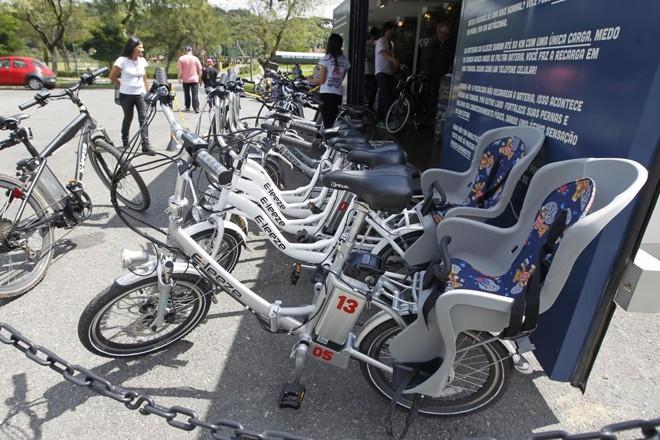 O projeto de locação de bikes elétricas da E-leeze, em testes no Parque Barigui desde o ano passado, é uma das ações que levaram Curitiba a ganhar uma menção honrosa do ITDP.   Antônio More/Gazeta do Povo