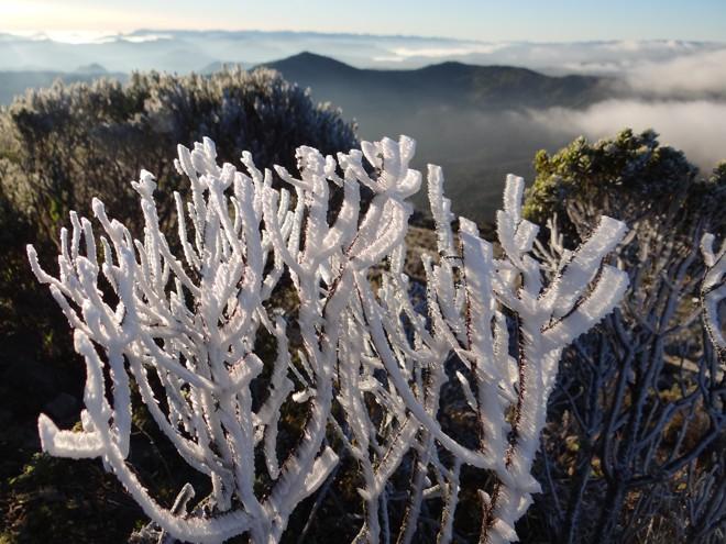 O sincelo novamente se formou no Morro das Torres deixando a paisagem totalmente branca, parecendo neve, em Urupema   Marília Sutil/Prefeitura Urupema