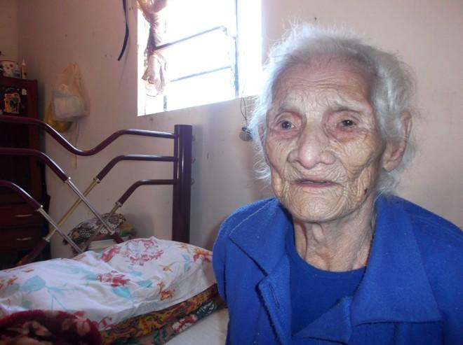 Dona Jesuína acorda às 10h, toma café da manhã, pede chimarrão e come bolachinhas de água e sal ou amido de milho | Antoniele Luciano/Gazeta do Povo