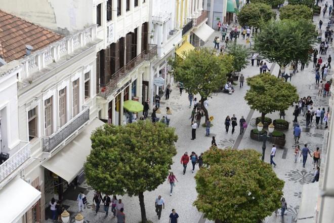 O conjunto urbano que compõe a paisagem visual da Rua XV de Novembro é tombado desde a década de 1970 – um baita avanço para a época. | Henry Milleo/Arquivo/Gazeta doPovo