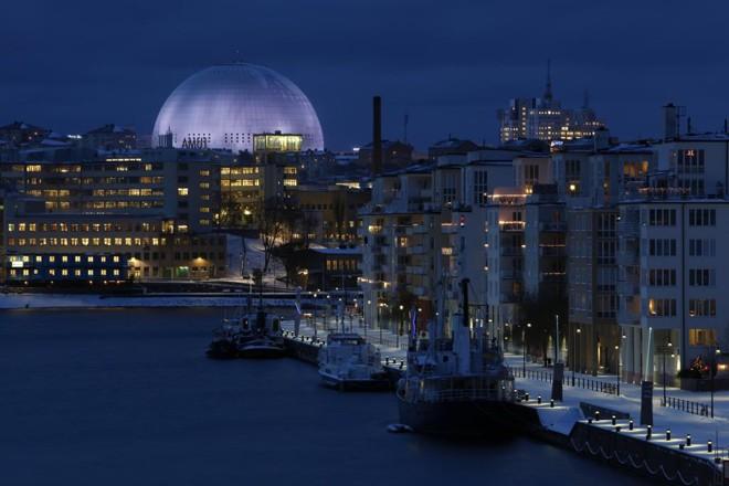 Vista de Estocolmo, em uma noite de inverno. Ao fundo, o globo da Ericsson, uma arena multi-esportiva da capital sueca. | Sören Andersson/mediabank.visitstockholm.com