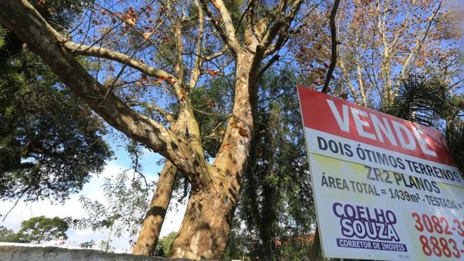 Venda de terrenos é uma forma de fazer dinheiro em meio à crise econômica. | Ivonaldo Alexandre/Gazeta do Povo