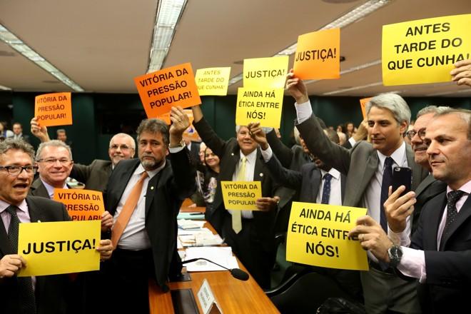 Deputados contrários a Cunha festejam a aprovação do parecer   Wilson Dias/Agência Brasil