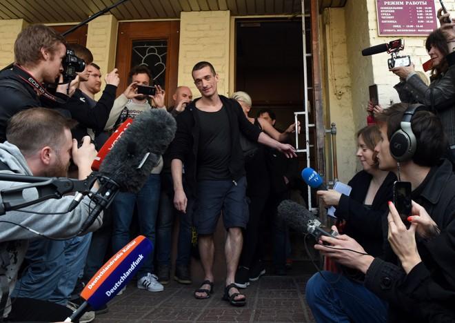 Piotr Pavlenski deixa o tribunal após ser condenado a pagar a multa por colocar fogo na porta da antiga sede da KGB | Vasily Maximov/AFP