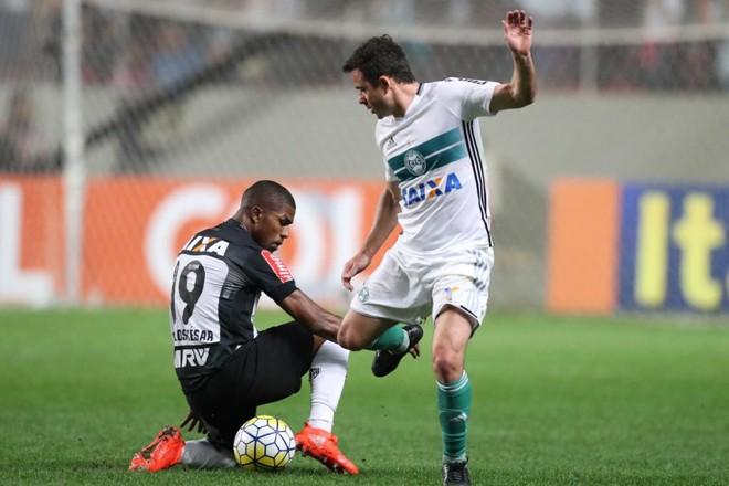 Juan divide com o adversário na derrota por 2 a 1 para oAtlético-MG. | Rodrigo Clemente/EM