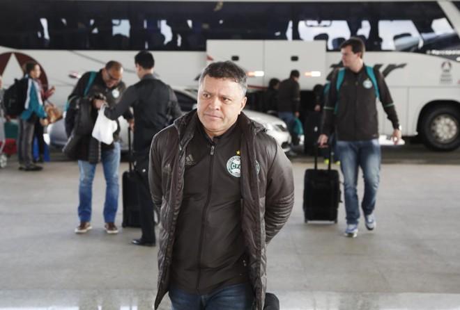 Pachequinho duarnte o embarque do Coritiba para o Recife. | Daniel Castellano/Gazeta do Povo