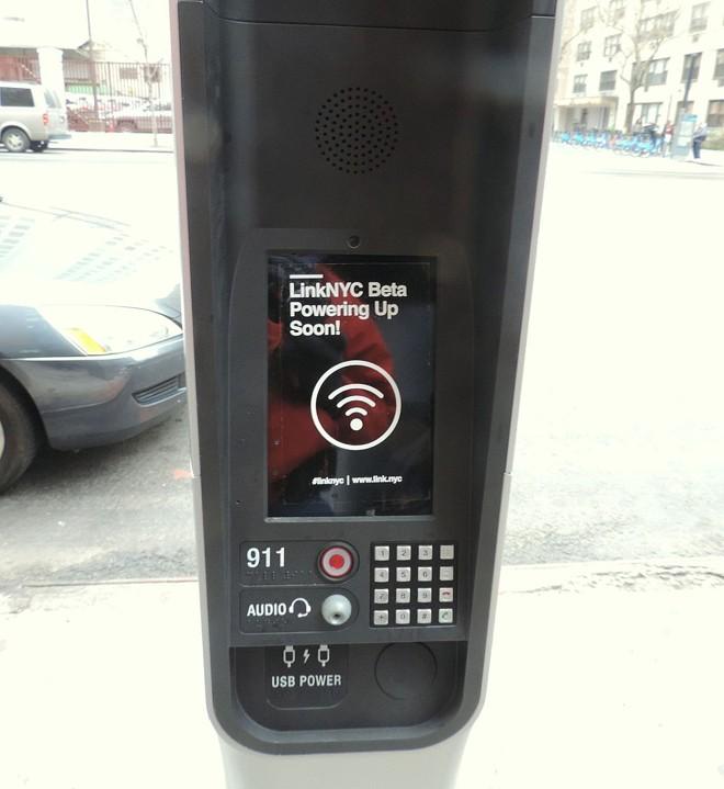 Totem do LinkNYC: superprojeto de wi-fi grátis que a Sidewalk Labs, da Alphabet, está implantando em Nova York. | Jim Henderson/Creative Commons