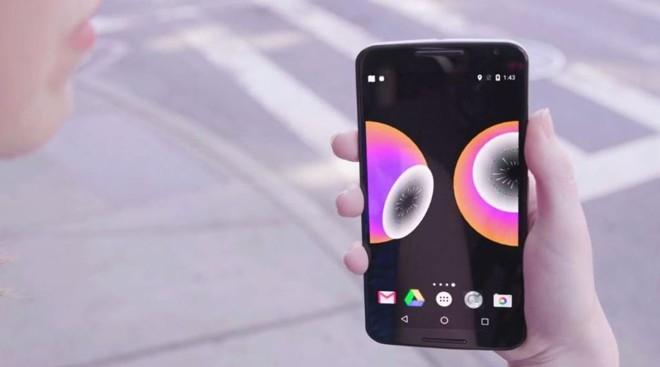 O app  Look Up faz com que sempre que o usuário se aproxime de outro usuário um alerta apareça na tela, lembrando-o de olhar para cima. | Reprodução/Ekene Ijeoma