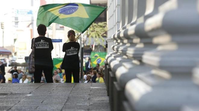 Ato reúne pessoas  a favor do impeachment em Curitiba | Átila Alberti/Tribuna do Paraná