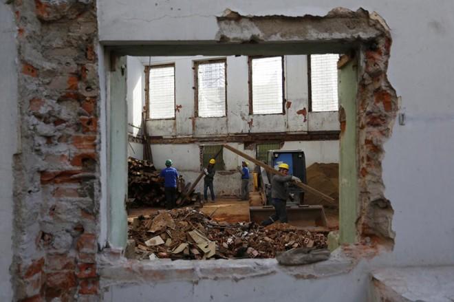 Homens trabalhando na reforma do imóvel histórico. | Henry Milleo/Gazeta