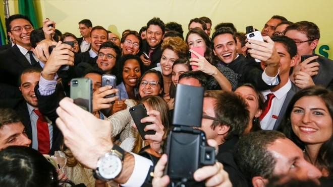Dilma Rousseff posa para foto com estudantes durante cerimônia de lançamento da segunda etapa do Programa Ciência Sem Fronteiras, em 2014 | Roberto Stuckert Filho/Fotos Públicas