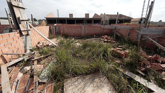 Obra de escola em Campina Grande do Sul que foi paralisada.   Albari Rosa/Gazeta do Povo
