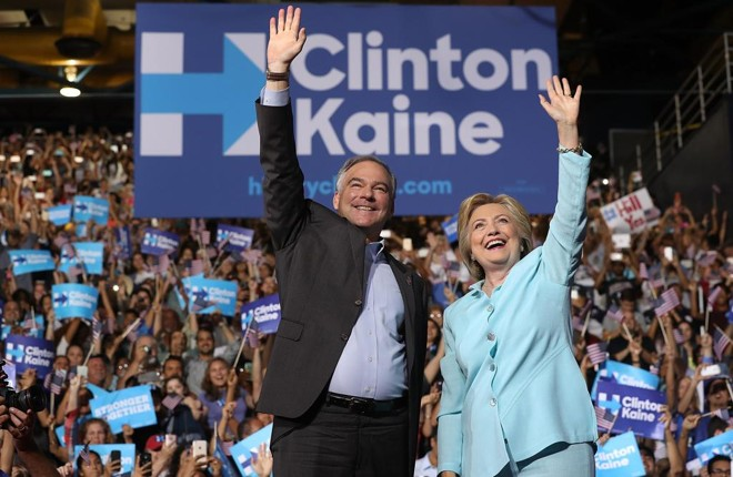 Hillary e o vice, Tim Kaine, discursaram em Miami neste sábado (23)   Justin Sullivan/AFP
