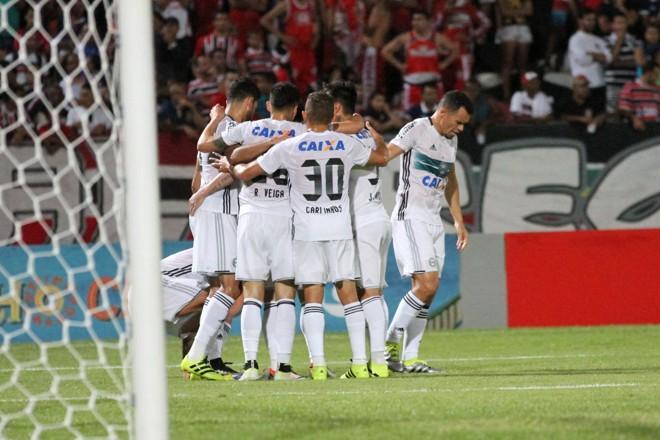 """Jogadores comemoram gol de Kléber, com assistência de Kazim, no primeiro tento com o """"selo"""" KK   /Folhapress"""