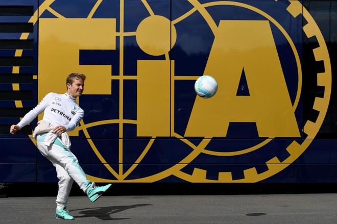 Rosberg aproveita para bater uma bolinha antes de ir para a pista na Áustria. | Andrej Isakovic/AFP