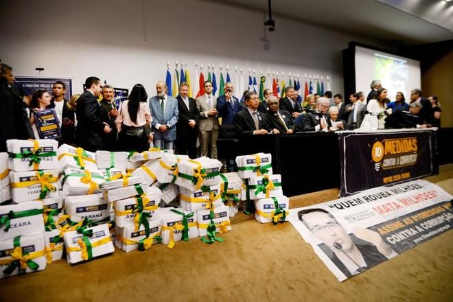 O Ministério Público Federal (MPF) entrega à voluntários da sociedade mais de 2  milhões de assinaturas coletadas em apoio à Campanha 10 Medidas contra a Corrupção para serem levadas ao Congresso Nacional | Wilson Dias/Agência Brasil
