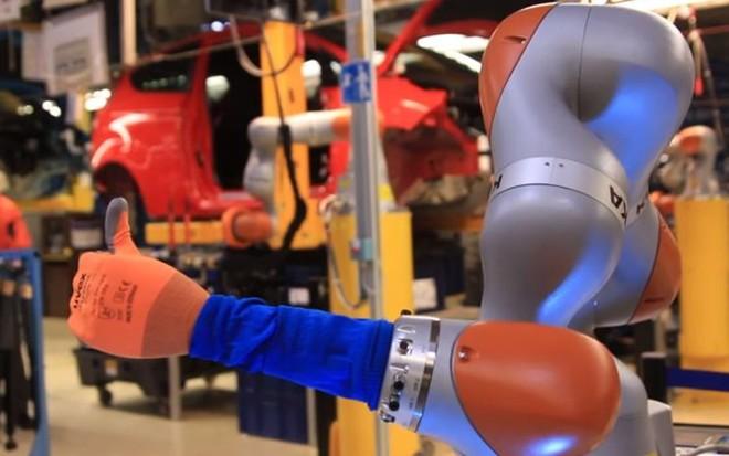 """Segundo a Ford, os co-bots são máquinas """"super-sensíveis""""   Divulgação/Ford"""