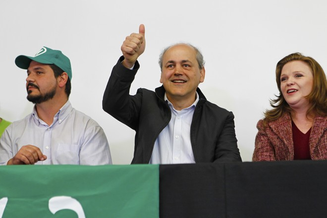 Fruet entre Chico do PV, presidente estadual do partido, e a deputada federal verde Leandre. | Antônio More/Gazeta do Povo