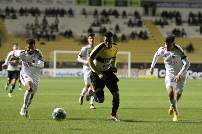 Gustavo marcou os dois primeiros gols da histórica vitória do Criciúma. | Guilherme Hahn/AGIF/Folhapress